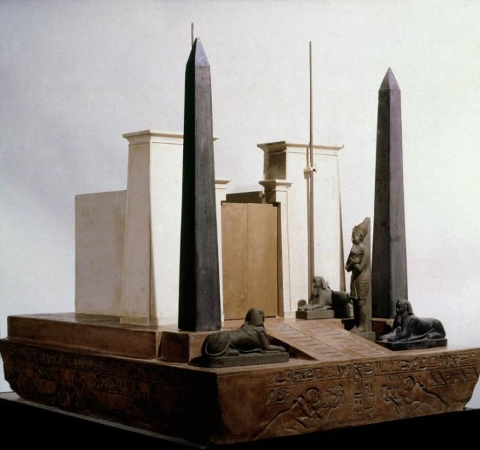 Iglica Kleopatry przy wejściu do świątyni(model)