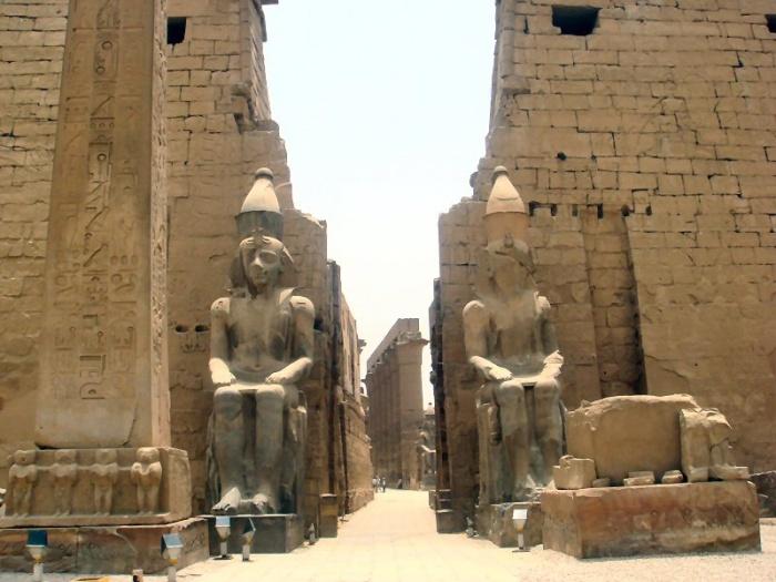 Iglica Kleopatry przy znaczącym wejściu