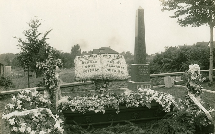 Iglica Kleopatry na grobie Jamesa Springera White