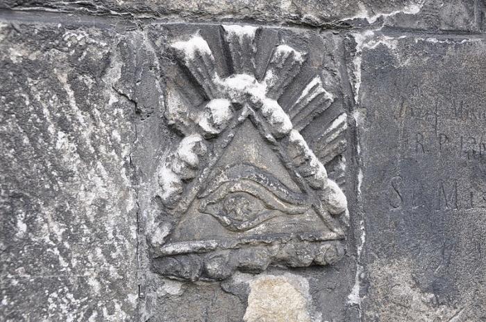Wszystkowidzące oko na zewnętrznym murze Bazyliki Narodzenia NMP w Wiślicy.