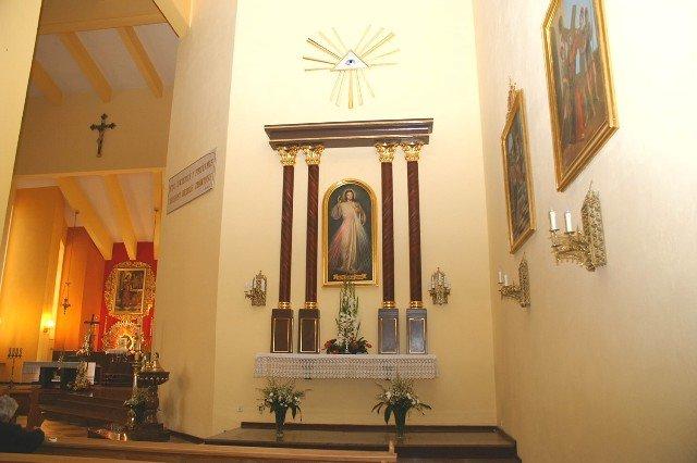Kościół katolicki gdzieś w Polsce i wszystkowidzące oko